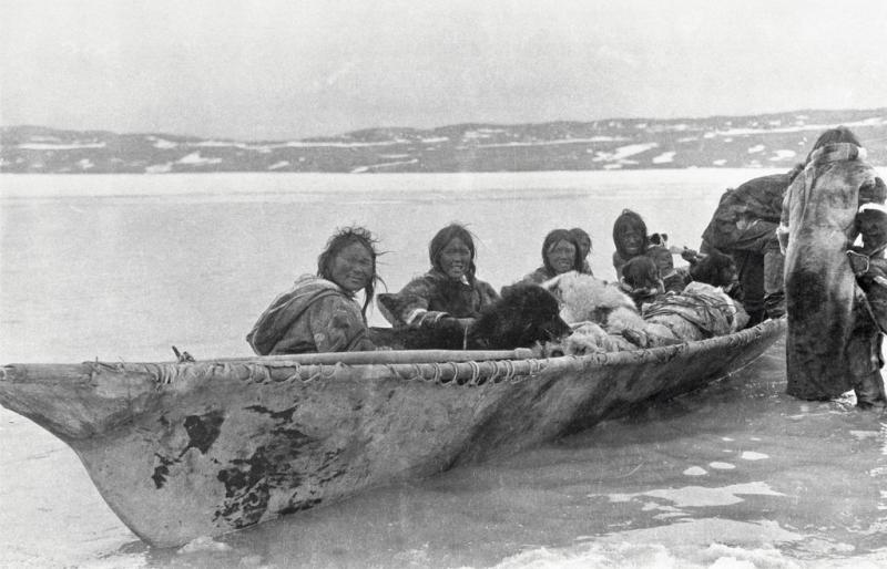 Copper_Inuit_in_an_umiak_at_Port_Epworth_(38553)